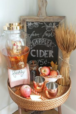 Farmhouse fall tray ideas for your fall decor. Love this pretty apple cider beverage bar.