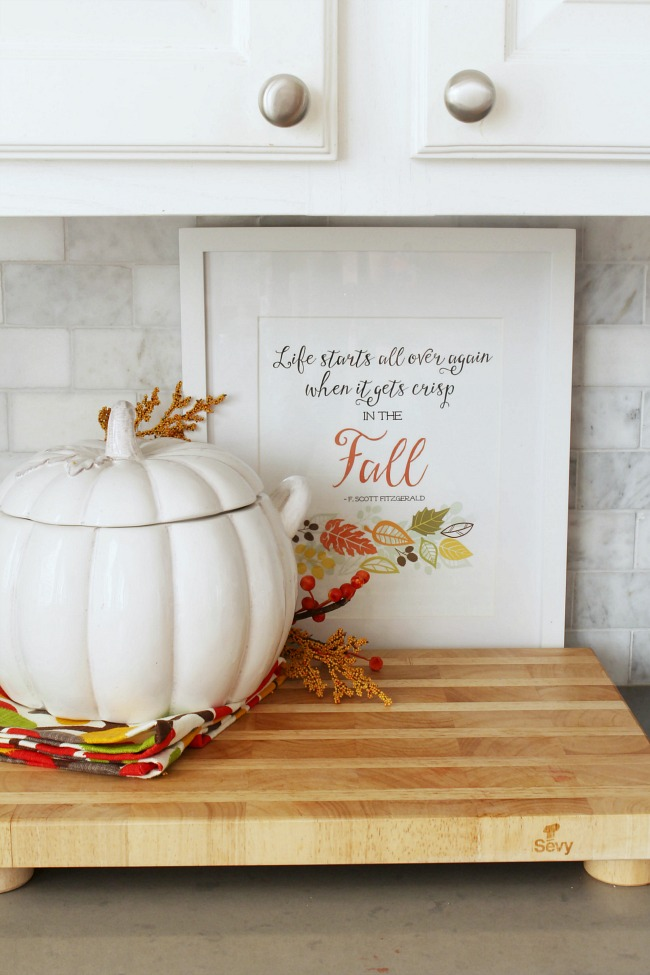 Cute fall decor ideas for the kitchen and dining room.