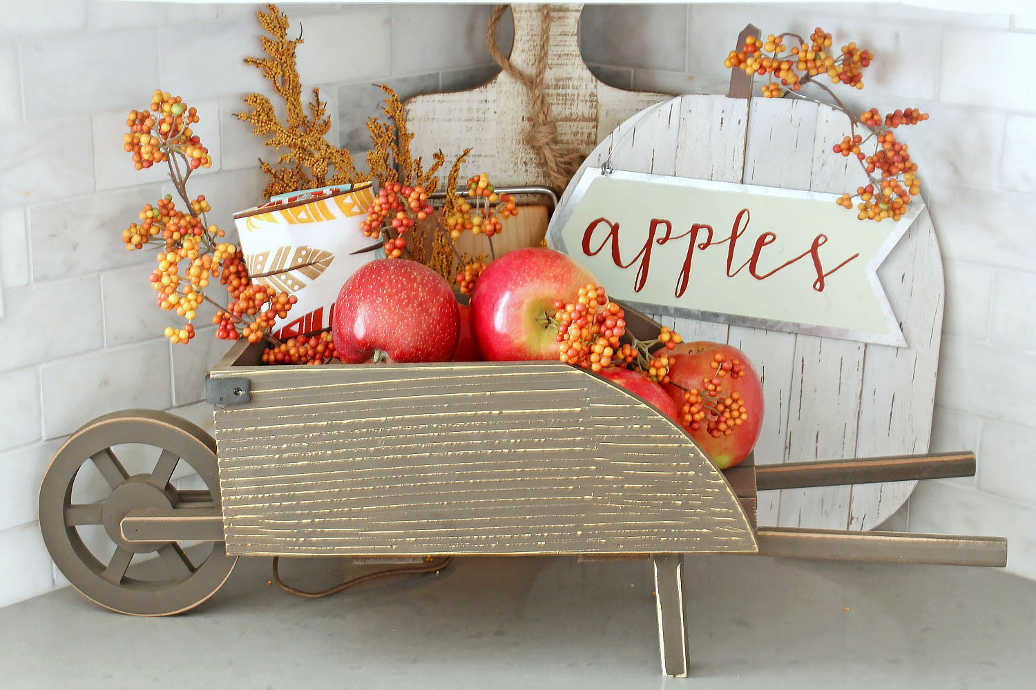 Easy fall kitchen decorating ideas. Simple ways to add some fall to your kitchen decor!