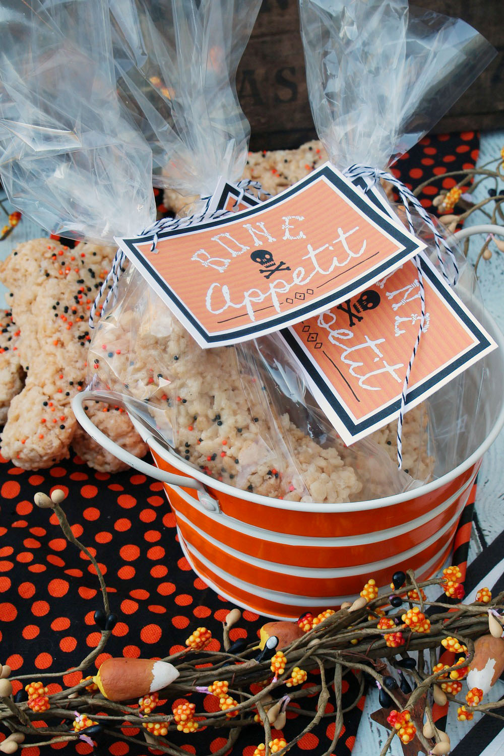 Halloween Bones Rice Krispie Treats. These would be so cute for Halloween parties or Halloween class treats! Free printable too!