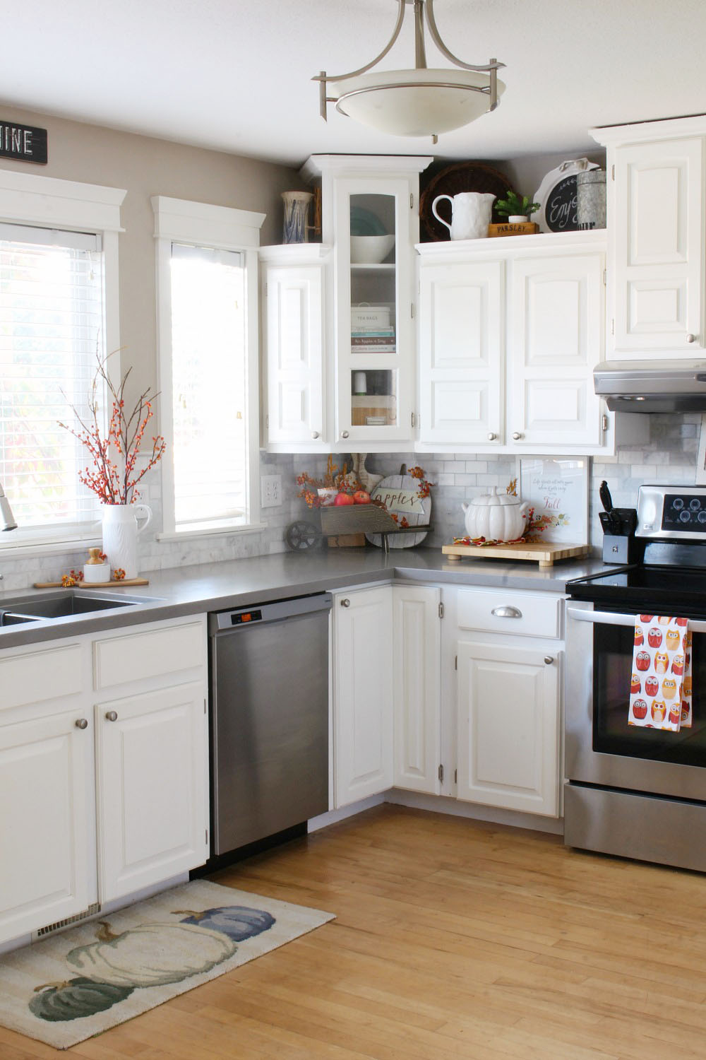 Kitchen Fall Home Tour. Lots of fall decor ideas to decorate your kitchen or apply to other areas of your home.