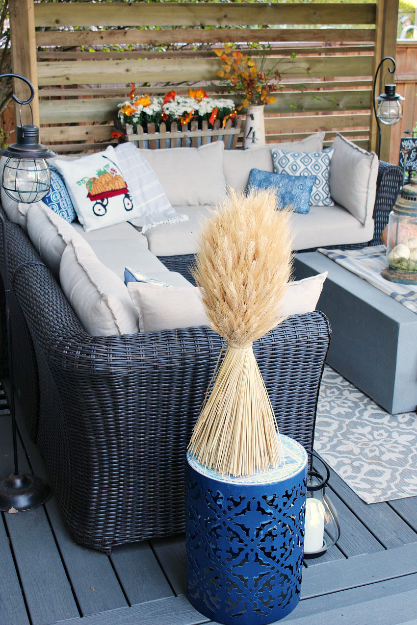 Fall patio decor ideas.