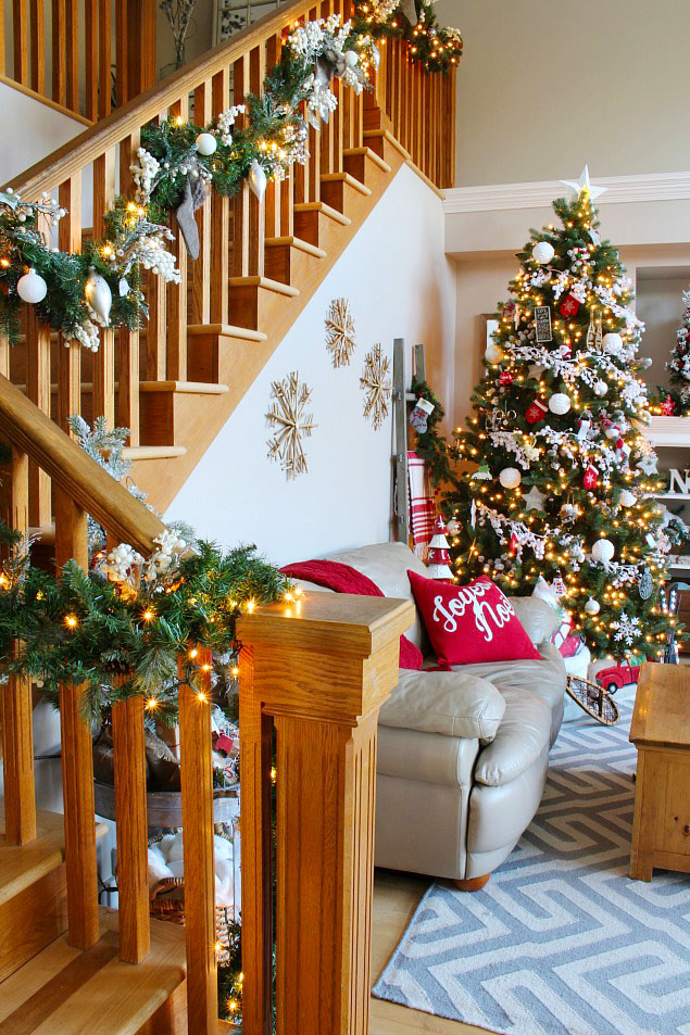 Beautiful Christmas home tour with traditional Christmas colors.