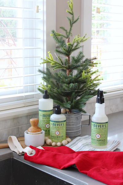 Easy ways to make your home smell like Christmas. {And a free Mrs. Meyers Christmas gift set offer!}