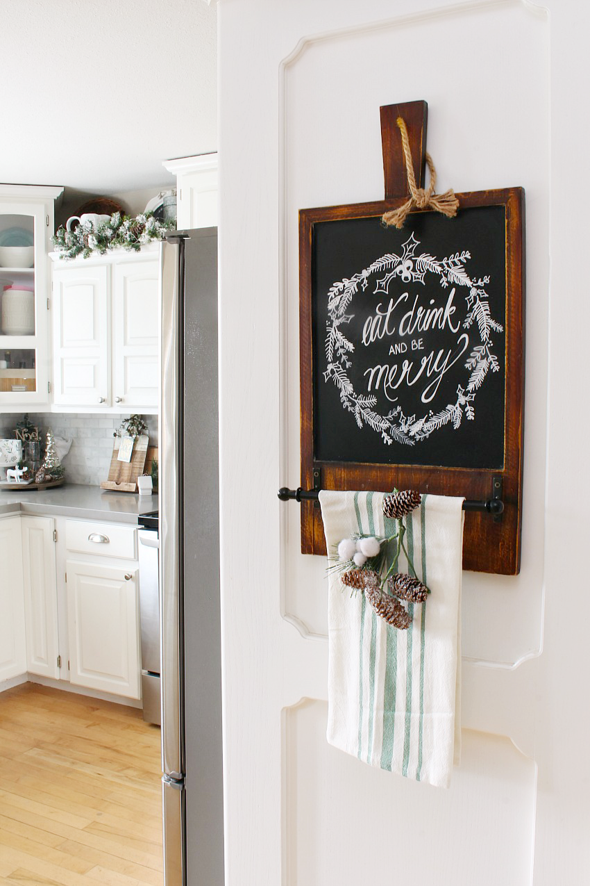 Christmas Kitchen Decorating Ideas. Love this Christmas chalkboard!