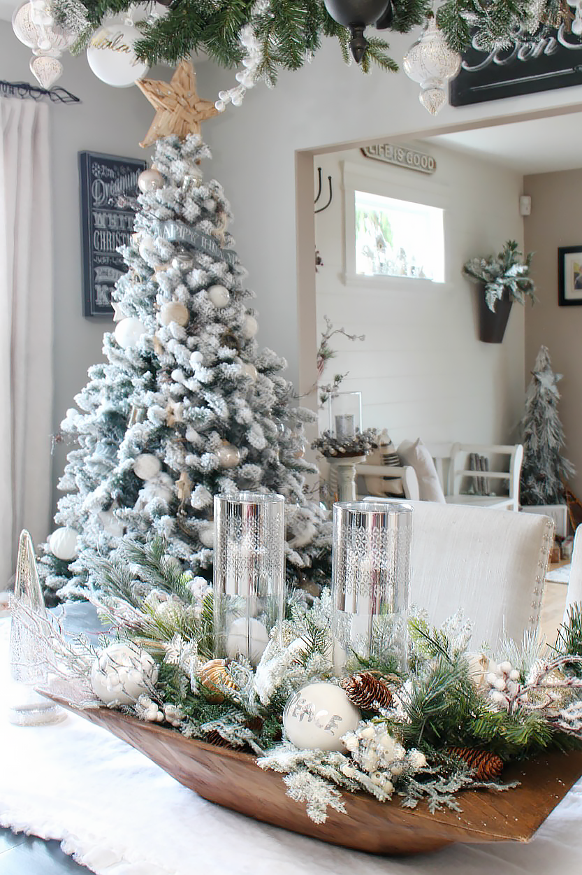 Beautiful Farmhouse Christmas Tour in the dining room.