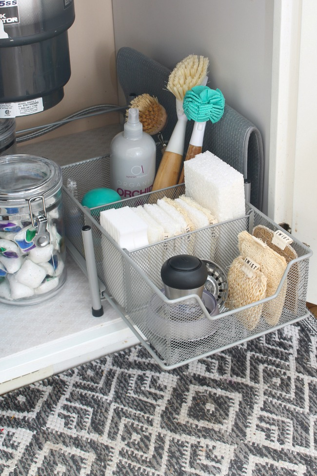 Great tips for organizing cleaning products for quick and easy cleaning.