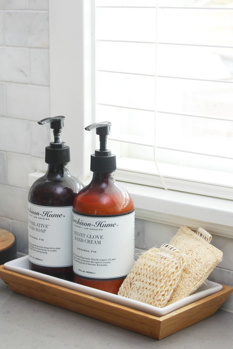 Lots of great tips to organize your cleaning supplies for quick and easy cleaning! Use a soap dish to hold kitchen sponges for a pretty and functional look. #cleaningtips