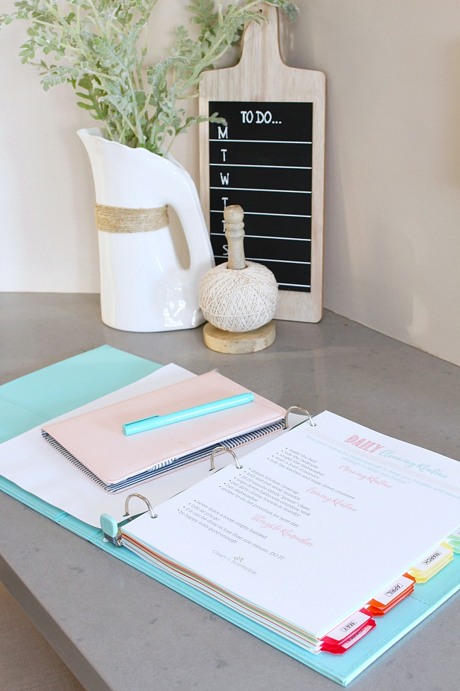 Home cleaning binder with a printable daily cleaning routine.