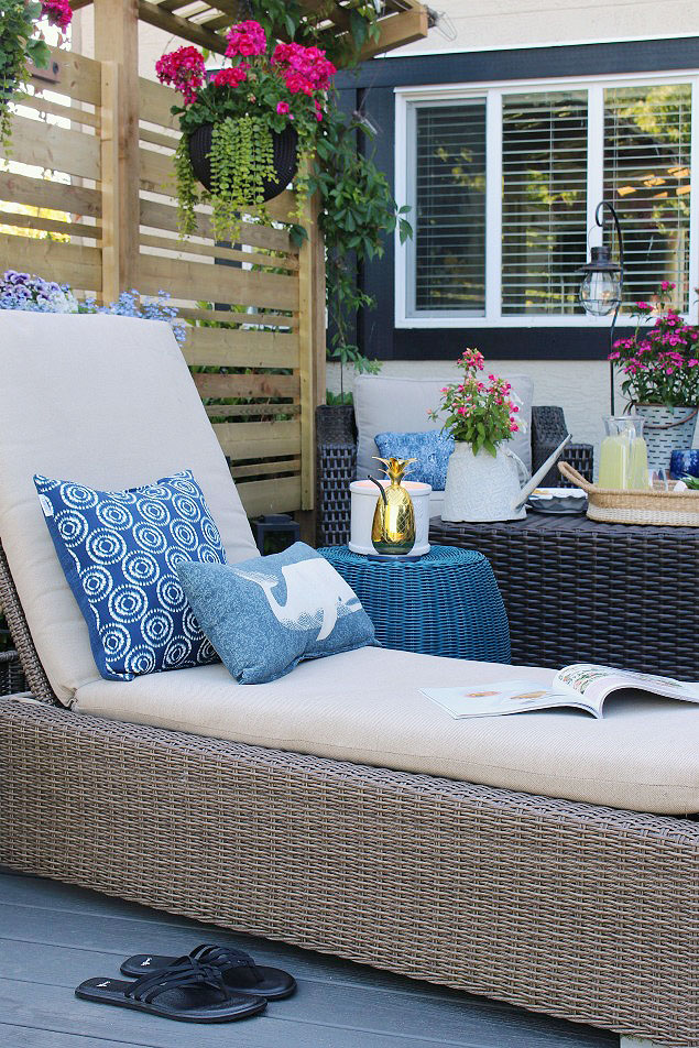 How to clean outdoor cushions. Beautiful summer patio decorated with pops of blue.