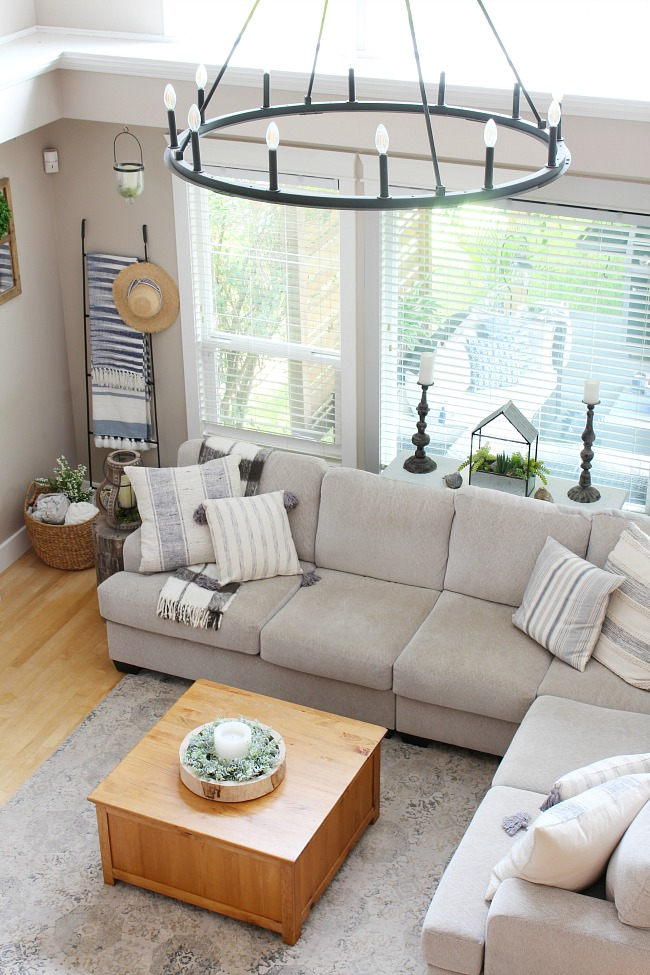 Living room design with neutral sectional.