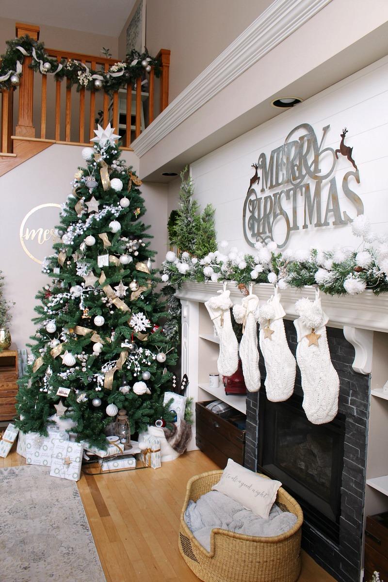 Weihnachtsmantel mit Kunstgrün, Weiß und Metallic verziert.