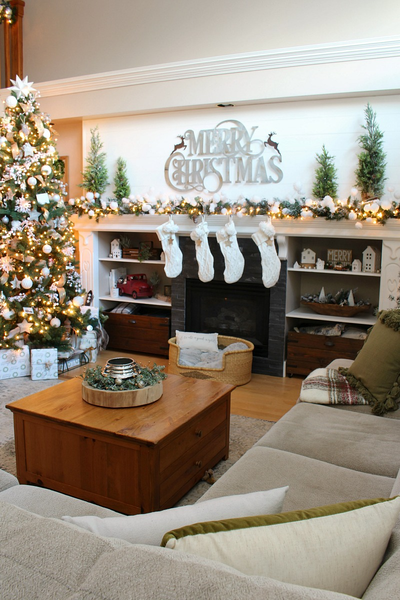 Cozy Family Room Christmas Decor Ideas Clean And Scentsible