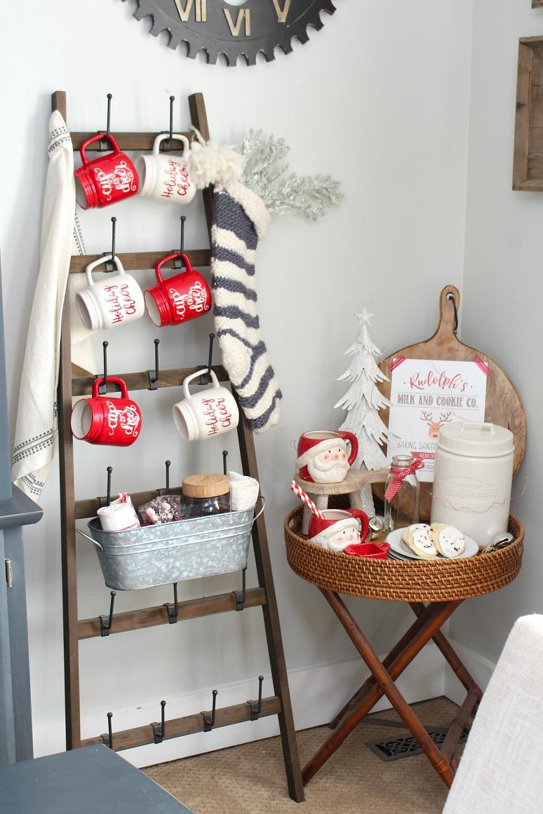 Weihnachtsmilch- und Keksbar in einem Speisesaal, dekoriert zu Weihnachten.