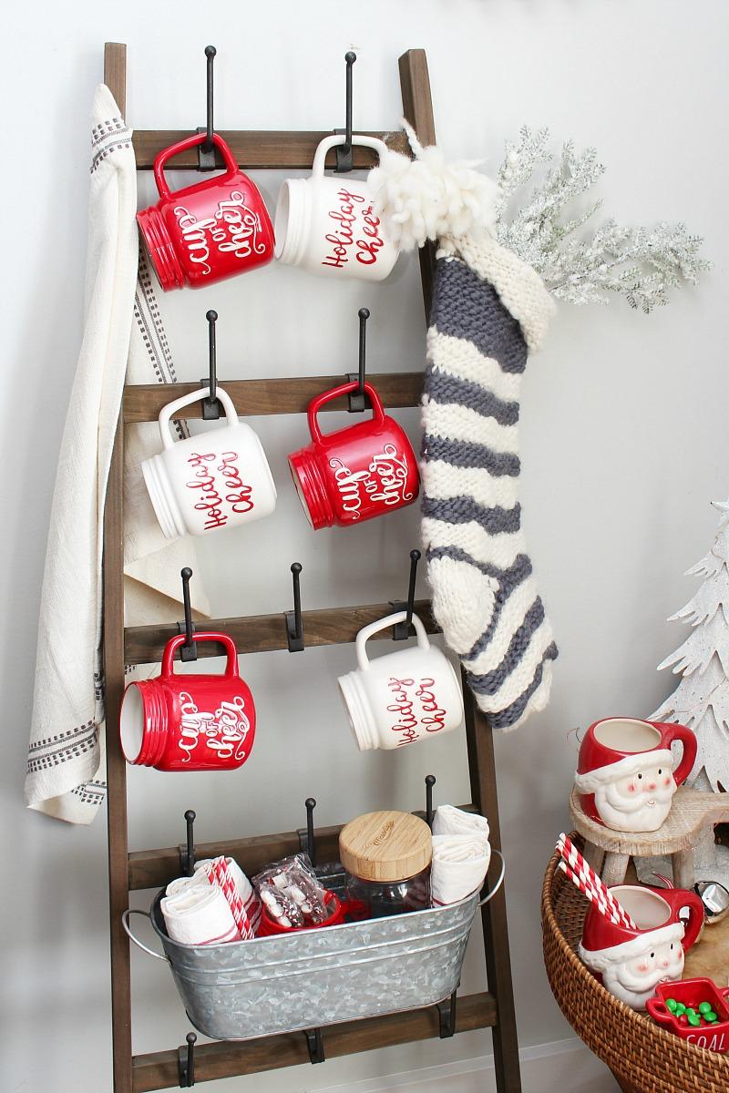 Leiterbecherhalter mit Weihnachtsbechern.