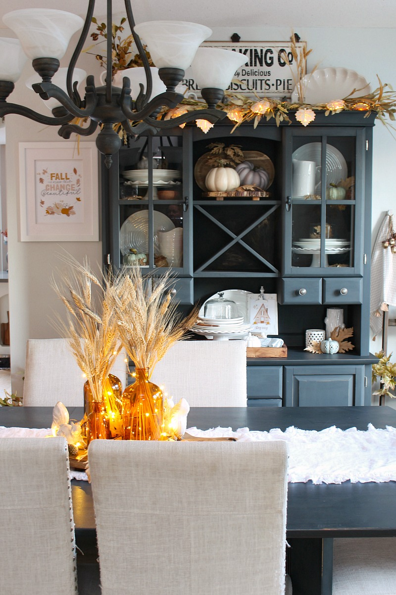Neutral fall dining room decor in a farmhouse style dining room.