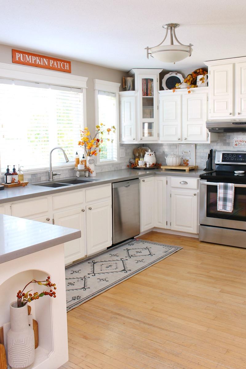 Beautiful fall kitchen decor ideas in a white farmhouse style kitchen.
