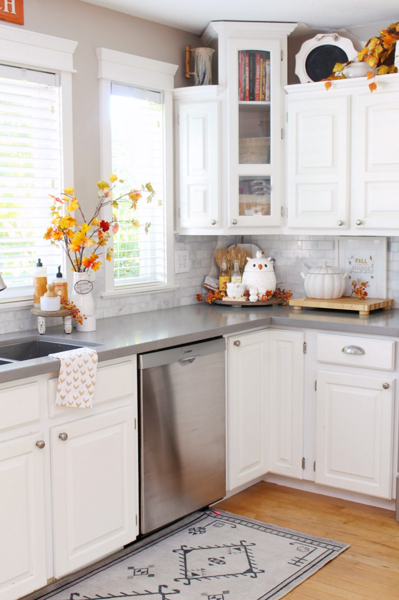 Beautiful fall kitchen decor ideas in a white farmhouse style kitchen.