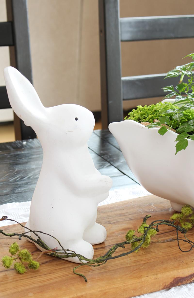 Lapin en céramique blanche dans un centre de table à ressort.