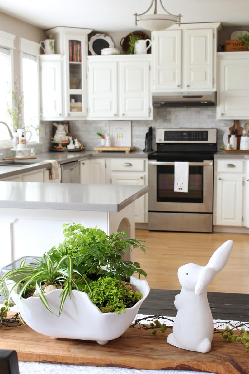 Jolie pièce maîtresse de printemps tropical dans une cuisine blanche.