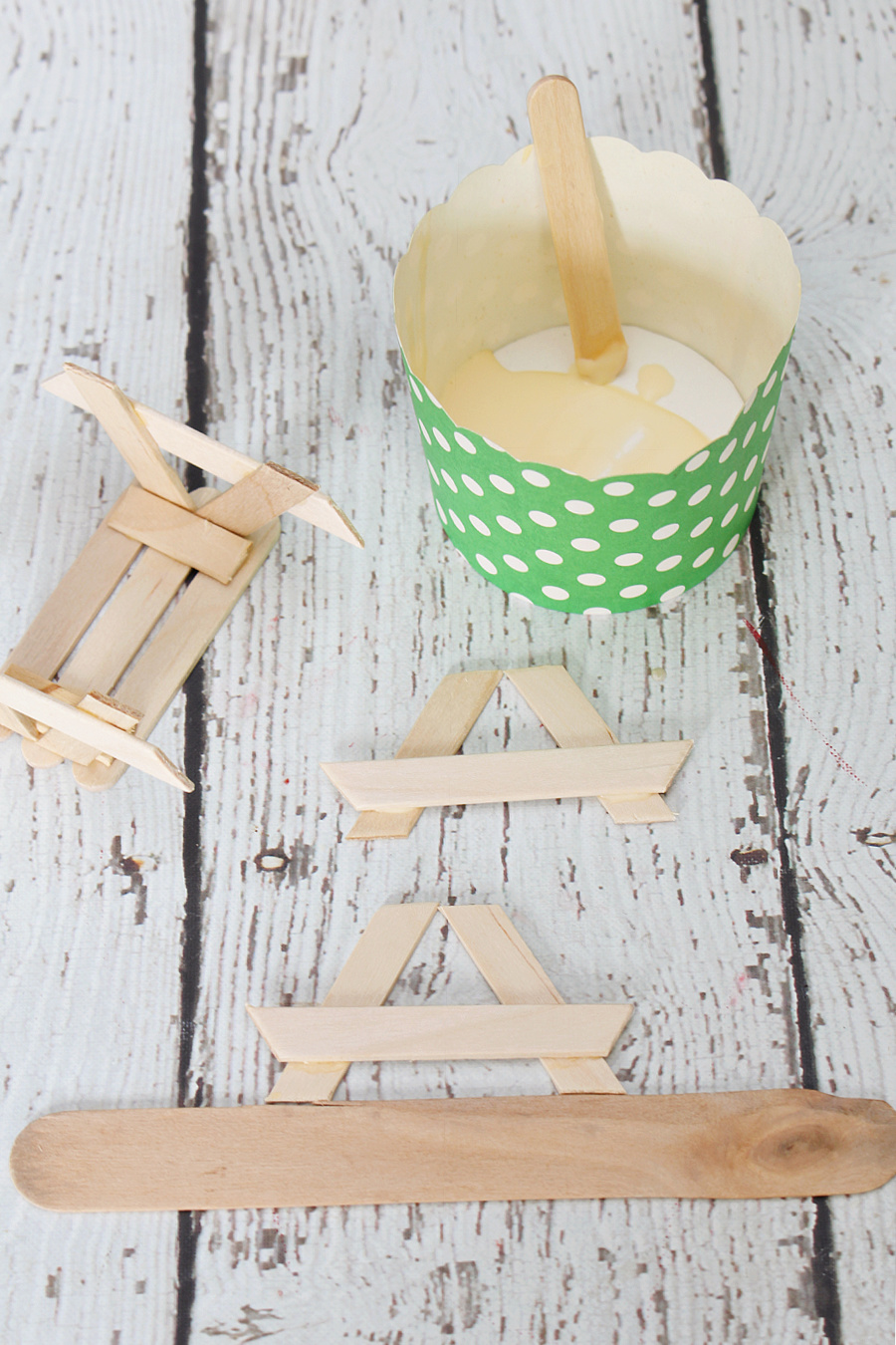 Step by step tutorial to make a popsicle stick picnic table.