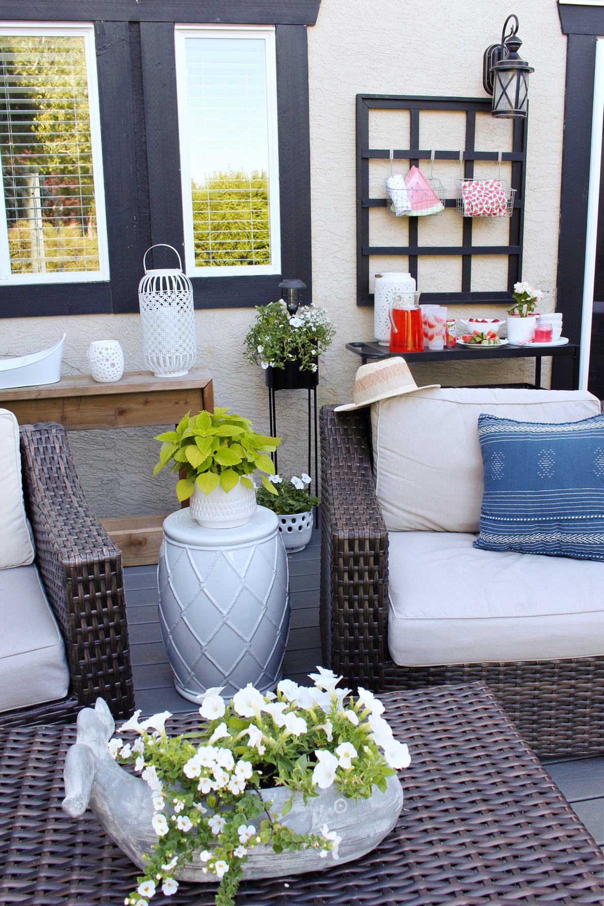 Summer patio decor with white flowers and pops of blue.